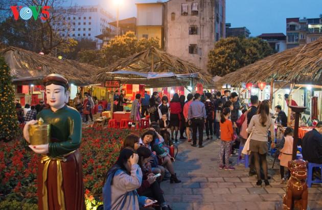 """ชาวฮานอยพาเด็กไปขอตัวอักษรมงคลในวันปีใหม่ที่สระ """"วัน"""" - ảnh 20"""