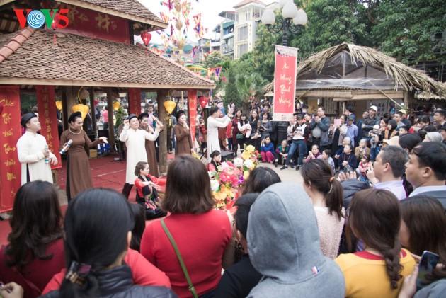 """ชาวฮานอยพาเด็กไปขอตัวอักษรมงคลในวันปีใหม่ที่สระ """"วัน"""" - ảnh 2"""