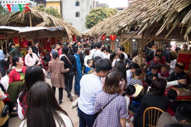 """ชาวฮานอยพาเด็กไปขอตัวอักษรมงคลในวันปีใหม่ที่สระ """"วัน"""" - ảnh 4"""