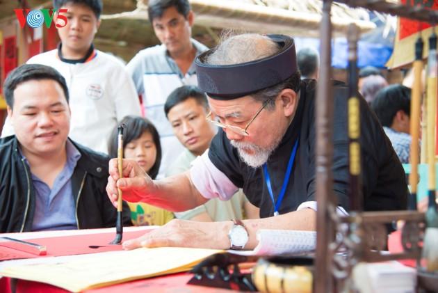 """ชาวฮานอยพาเด็กไปขอตัวอักษรมงคลในวันปีใหม่ที่สระ """"วัน"""" - ảnh 5"""
