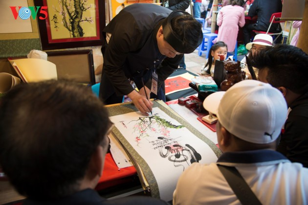 """ชาวฮานอยพาเด็กไปขอตัวอักษรมงคลในวันปีใหม่ที่สระ """"วัน"""" - ảnh 6"""