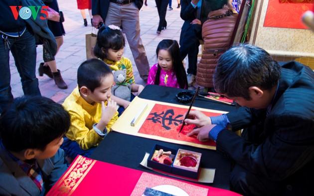 """ชาวฮานอยพาเด็กไปขอตัวอักษรมงคลในวันปีใหม่ที่สระ """"วัน"""" - ảnh 7"""