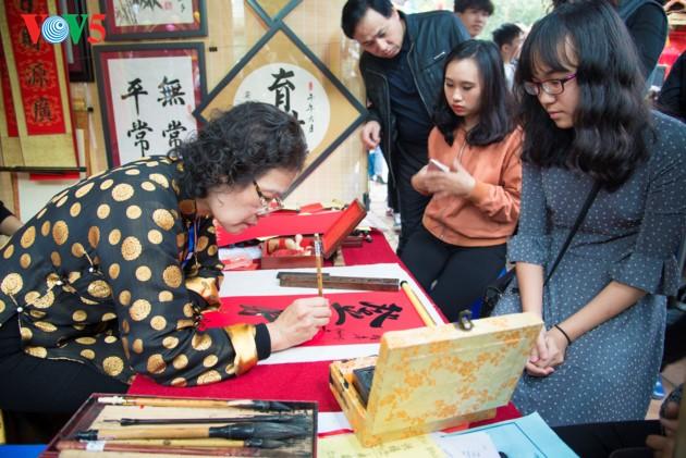 """ชาวฮานอยพาเด็กไปขอตัวอักษรมงคลในวันปีใหม่ที่สระ """"วัน"""" - ảnh 8"""