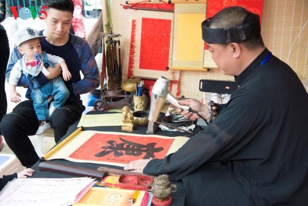 """ชาวฮานอยพาเด็กไปขอตัวอักษรมงคลในวันปีใหม่ที่สระ """"วัน"""" - ảnh 9"""