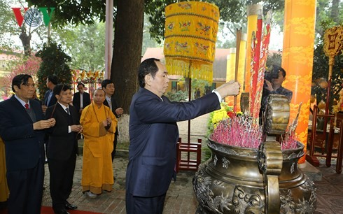 ประธานประเทศเจิ่นด่ายกวางไปถวายธูปสักการะที่วังกิ้งเทียน เขตพระราชวังหว่างแถ่งทังลอง - ảnh 1