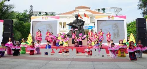 กิจกรรมรำลึกครบรอบ 128 ปีวันคล้ายวันเกิดของประธานโฮจิมินห์ - ảnh 1