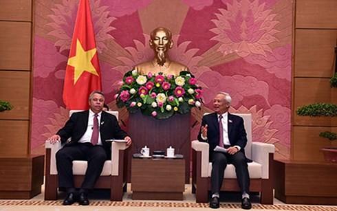 รองประธานสภาแห่งชาติเวียดนาม อวงจูลิว ให้การต้อนรับคณะผู้แทนระดับสูงคิวบา - ảnh 1