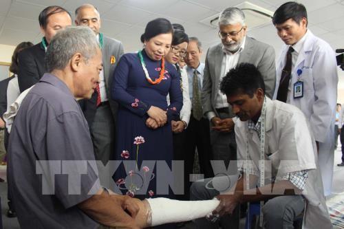 อินเดียมอบขาเทียมฟรีให้แก่ผู้พิการในจังหวัดหวิงฟุ๊ก - ảnh 1