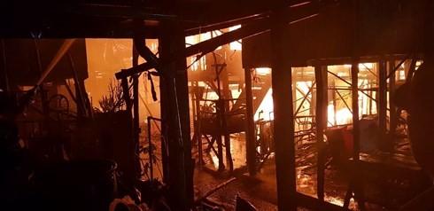 แบ่งเบาความเดือดร้อนกับชาวเวียดนามที่อาศัยในต่างประเทศหลังเหตุไฟไหม้ที่กรุงพนมเปญ - ảnh 1