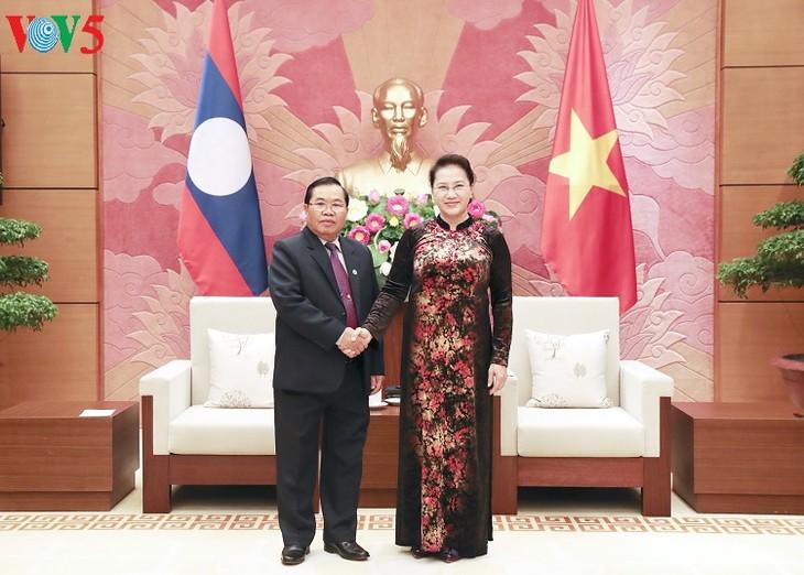 สภาแห่งชาติเวียดนามและรัฐสภาลาวขยายความร่วมมือและแลกเปลี่ยนประสบการณ์ - ảnh 1