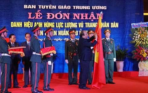 คณะกรรมการประชาสัมพันธ์และให้การศึกษากองทัพภาคที่5ได้รับเหรียญอิสริยาภรณ์วีรชนกองกำลังติดอาวุธประชน - ảnh 1