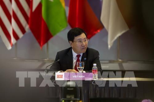 รองนายกรัฐมนตรีและรัฐมนตรีต่างประเทศเวียดนามพบปะทวิภาคีกับรัฐมนตรีต่างประเทศจีนและอียู - ảnh 1