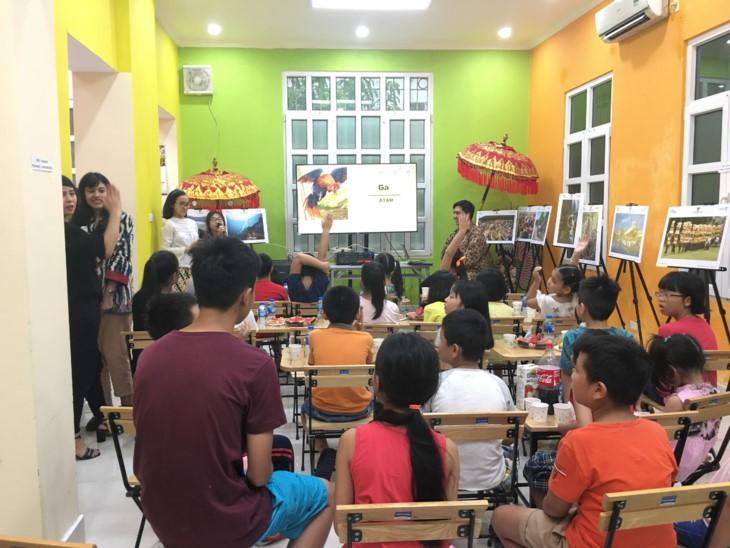 เด็กเวียดนามลองสัมผัสภาษาอินโดนีเซียผ่านนิยาย - ảnh 1