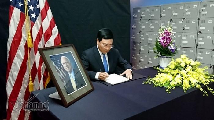 ส.ว. John McCain ผู้ที่มีส่วนร่วมเป็นอย่างมากในการกำหนดความสัมพันธ์หุ้นส่วนในทุกด้านระหว่างเวียดนามกับสหรัฐ - ảnh 1