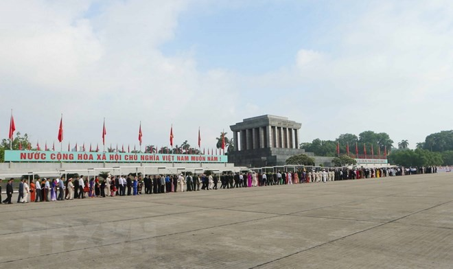 มีคนเข้าเคารพศพประธานโฮจิมินห์เกือบ 4 หมื่นคนในช่วงวันชาติเวียดนาม 2 กันยายน - ảnh 1