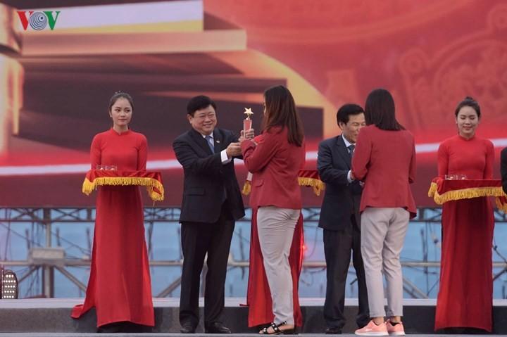 ประธานสถานีวิทยุเวียดนามเข้าร่วมพิธียกย่องสดุดีคณะนักกีฬาเวียดนาม - ảnh 2