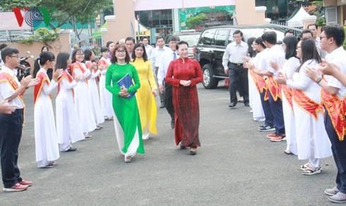 นักเรียนและนักศึกษาเวียดนามกว่า 23 ล้านคนเข้าร่วมพิธีเปิดเทอมปีการศึกษาใหม่ - ảnh 2