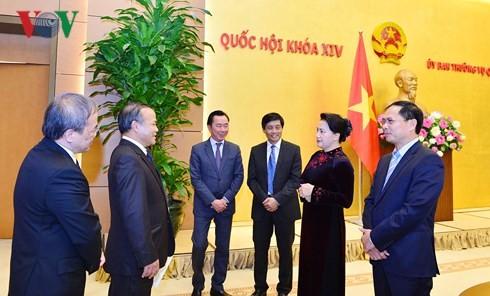 ประธานสภาแห่งชาติให้การต้อนรับหัวหน้าสำนักงานตัวแทนของเวียดนามในต่างประเทศ - ảnh 1