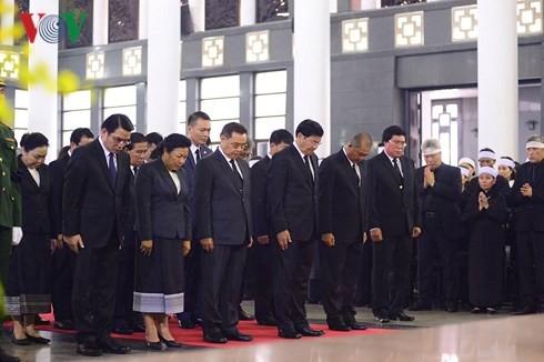 พิธีเคารพศพอดีตเลขาธิการใหญ่พรรคคอมมิวนิสต์เวียดนาม โด๋เหมื่อย - ảnh 16