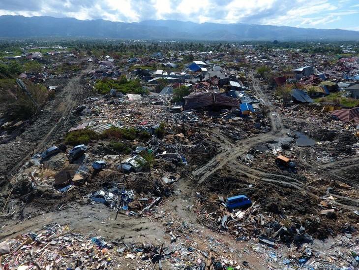 จำนวนผู้เสียชีวิตจากเหตุแผ่นดินไหวและคลื่นสึนามิอินโดนีเซียเพิ่มขึ้นอย่างต่อเนื่อง - ảnh 1