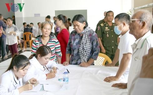 แพทย์เวียดนามนำแสงสว่างมาให้แก่ผู้ป่วยโรคตาที่ยากจนในประเทศกัมพูชา - ảnh 1