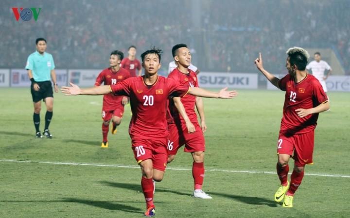 ฟุตบอลชายทีมชาติเวียดนามผ่านเข้ารอบรองชนะเลิศด้วยการเป็นแชมป์กลุ่มเอในการแข่งขันฟุตบอลเอเอฟเอฟ ซูซูกิ คัพ 2018  - ảnh 1