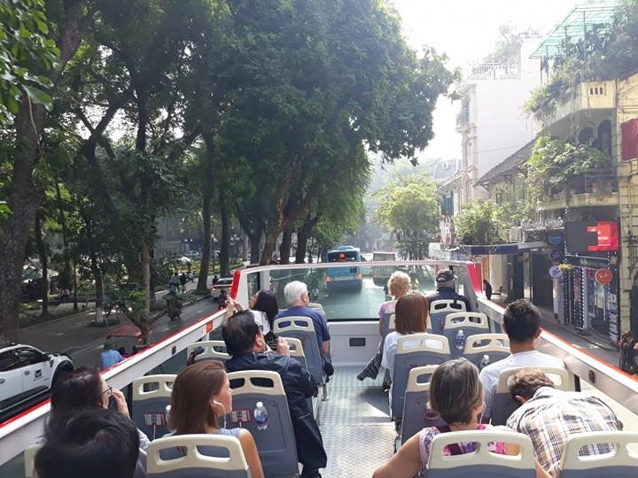 รถเมล์สองชั้น เที่ยวตัวเมืองสัมผัสบรรยากาศของฮานอย - ảnh 3