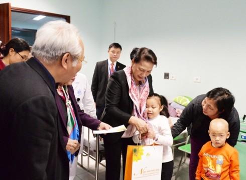 ผู้นำพรรคและรัฐเวียดนามมอบของขวัญในช่วงตรุษเต๊ตปีกุนให้แก่ประชาชน - ảnh 1