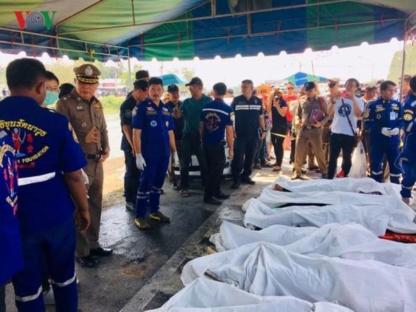 มีชาวเวียดนามเสียชีวิตจากอุบัติเหตุรถพ่วง 18 ล้อชนรถโดยสารที่อำเภอท่ามม่วงจังหวัดกาญจนบุรี - ảnh 1
