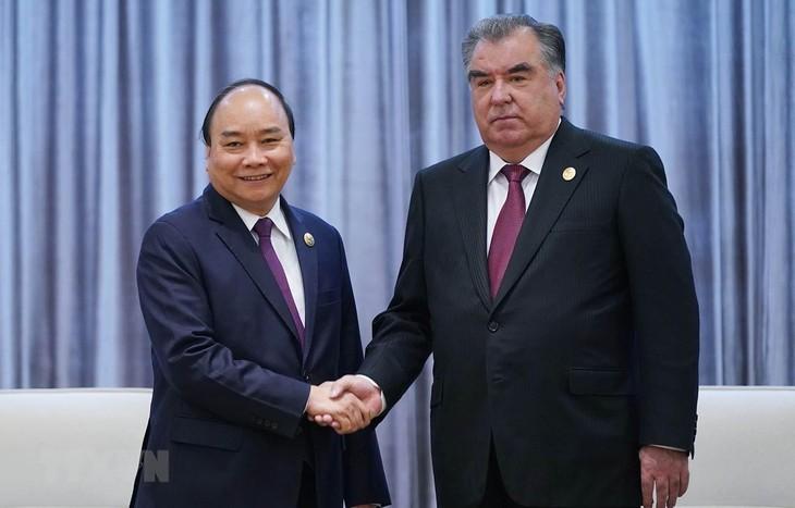 นายกรัฐมนตรีเวียดนาม เหงียนซวนฟุ๊ก พบปะทวิภาคีกับผู้นำประเทศต่างๆและผู้ประกอบการต่างประเทศ - ảnh 2