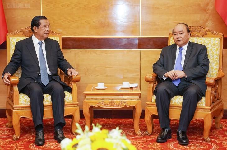 นายกรัฐมนตรีเหงียนซวนฟุ๊กให้การต้อนรับผู้นำกัมพูชาและผู้นำลาวที่เข้าร่วมรัฐพิธีศพ พลเอก เล ดึ๊ก แองห์ อดีตประธานประเทศเวียดนาม - ảnh 1