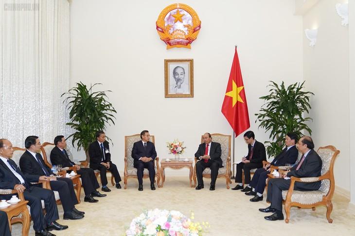 นายกรัฐมนตรีเหงียนซวนฟุ๊กให้การต้อนรับผู้นำกัมพูชาและผู้นำลาวที่เข้าร่วมรัฐพิธีศพ พลเอก เล ดึ๊ก แองห์ อดีตประธานประเทศเวียดนาม - ảnh 2