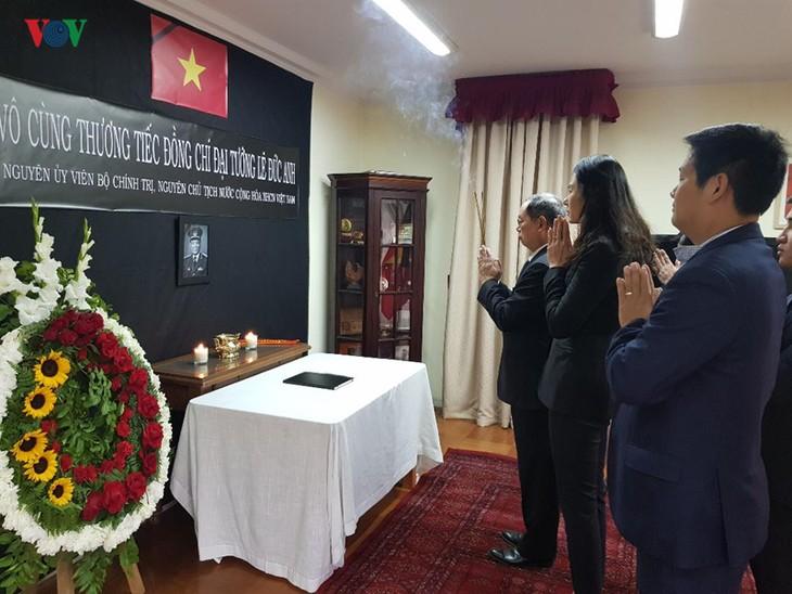 พิธีไว้อาลัยและเปิดสมุดไว้อาลัยอดีตประธานประเทศเวียดนาม เลดึ๊กแองห์ ณ ประเทศชิลีและแทนซาเนีย - ảnh 1