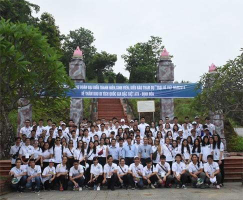 เยาวชนชาวเวียดนามโพ้นทะเลไปเยือนเขตโบราณสถานทางประวัติศาสตร์เอทีเคดิ๋งฮ้วาในจังหวัดท้ายเงวียน - ảnh 1