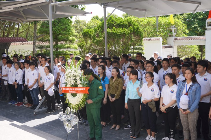 เยาวชนและนักศึกษาเวียดนามโพ้นทะเลไปจุดธูปรำลึกทหารพลีชีพเพื่อชาติ - ảnh 1