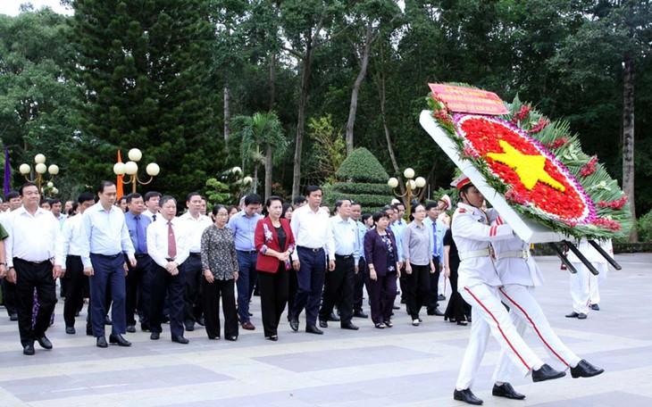 ประธานสภาแห่งชาติ เหงียนถิกิมเงินไปจุดธูปในวิหารทหารพลีชีพเพื่อชาติที่นครโฮจิมินห์ - ảnh 1