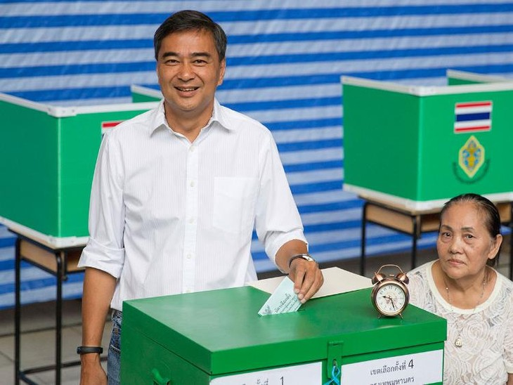 Former Thai PM resigns as head of Democrats after election loss - ảnh 1