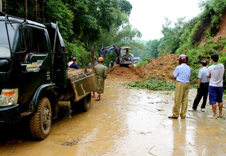 Huy động các lực lượng chức năng khắc phục hậu quả thiên tai do mưa lũ và sạt lở đất - ảnh 1