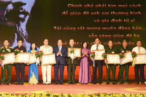 Thủ tướng Nguyễn Xuân Phúc dự hội nghị biểu dương 700 người có công với cách mạng tiêu biểu - ảnh 1