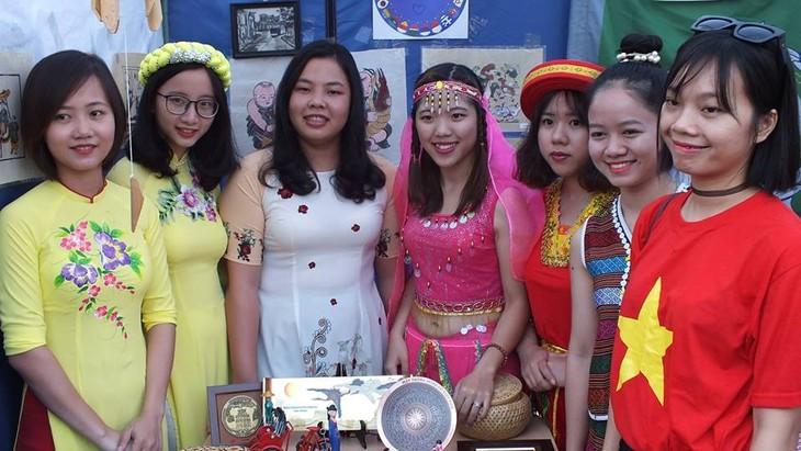 Sinh viên Việt Nam giới thiệu văn hóa dân tộc nhân kỷ niệm  428 năm Thành phố Volgograd - ảnh 4