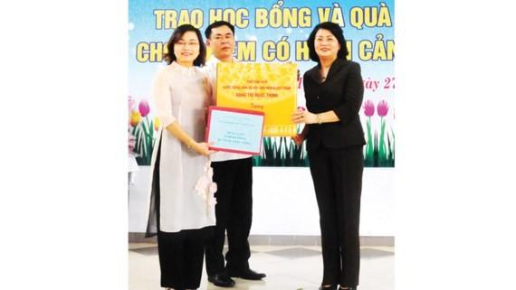 Phó Chủ tịch nước Đặng Thị Ngọc Thịnh trao học bổng và tặng quà Trung thu tại Huế - ảnh 1