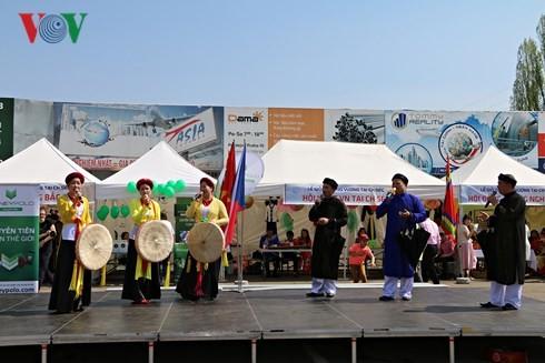 Người Việt tại Séc long trọng tổ chức lễ giỗ Tổ Hùng Vương - ảnh 2