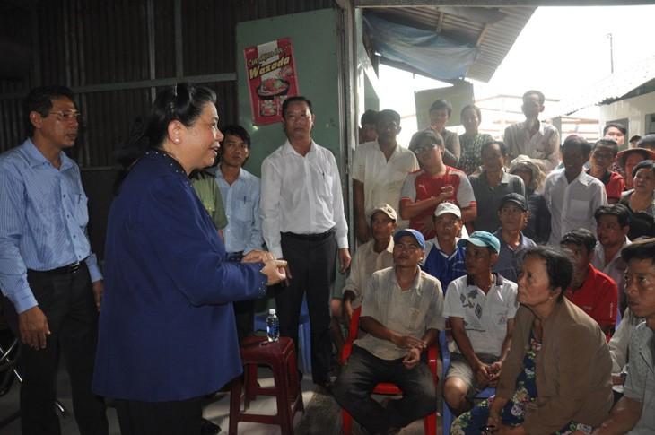 Phó Chủ tịch Thường trực Quốc hội Tòng Thị Phóng khảo sát sạt lở ở quận Ô Môn, thành phố Cần Thơ - ảnh 1