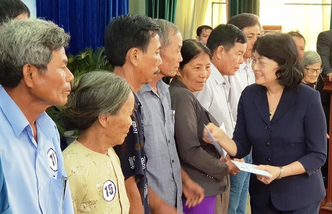 Phó Chủ tịch nước Đặng Thị Ngọc Thịnh tặng quà người có công, học sinh nghèo tỉnh Quảng Nam - ảnh 1