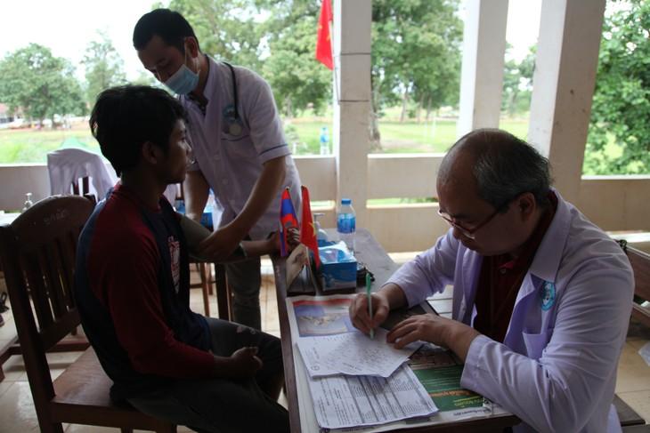 Bác sĩ VIệt Nam khám chữa bệnh cho người dân bị ảnh hưởng bởi vỡ đập thủy điện ở Lào - ảnh 1