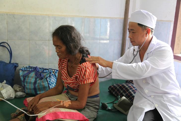 Bác sĩ VIệt Nam khám chữa bệnh cho người dân bị ảnh hưởng bởi vỡ đập thủy điện ở Lào - ảnh 2
