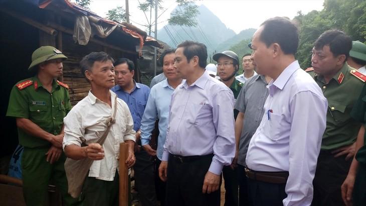 Trưởng ban Tổ chức Trung ương Phạm Minh Chính thăm hỏi bà con vùng lũ - ảnh 1