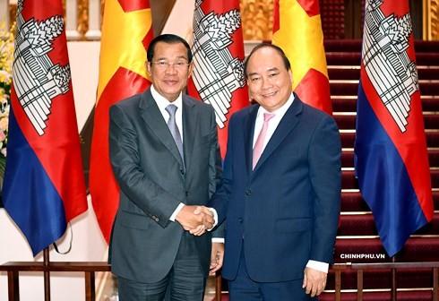 Thủ tướng Nguyễn Xuân Phúc tiếp Thủ tướng Campuchia Hun Sen - ảnh 1