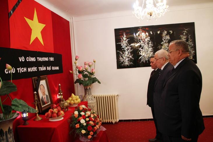 Chủ tịch Hội đồng quốc gia An-giê-ri Abdelkader Bensalah viếng và ghi Sổ tang tưởng nhớ Chủ tịch nước Trần Đại Quang - ảnh 1
