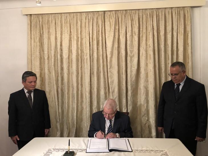 Chủ tịch Hội đồng quốc gia An-giê-ri Abdelkader Bensalah viếng và ghi Sổ tang tưởng nhớ Chủ tịch nước Trần Đại Quang - ảnh 2